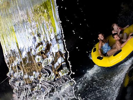 kolam arum dengan air terjun